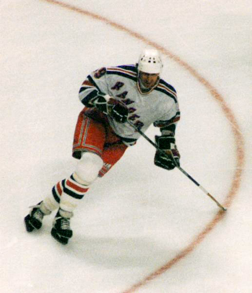 Wayne Gretzky playing hockey.